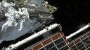 Zwei Astronauten im Raumanzug bei einem Außeneinsatz an der ISS im Weltraum.