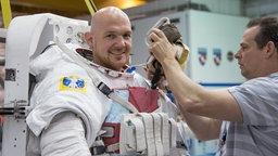 Alexander Gerst mit Raumanzug.