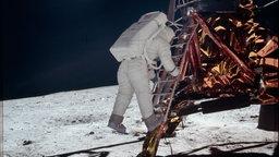 Buzz Aldrin beim Ausstieg aus der Landekapsel.