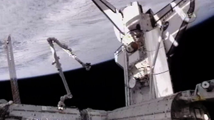 Space Shuttle Atlantis dockt an der ISS an.