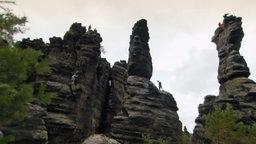 Felsen im Elbsandsteingebirge mit Kletterern.