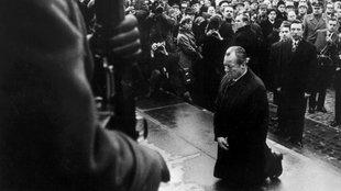 Willy Brandt kniet vor dem Mahnmal für die Opfer des Warschauer Ghettos nieder